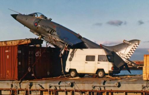 El avión halló acomodo entre un furgón y un contenedor /nauticajonkepa.wordpress.com