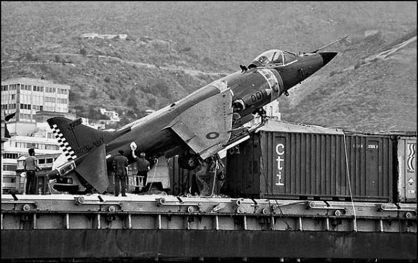 El Harrier de la Royal Navy, posado sobre la cubierta del carguero español 'Alraigo', que lo salvó en 1983. Permaneció seis días retenido en el puerto tinerfeño.