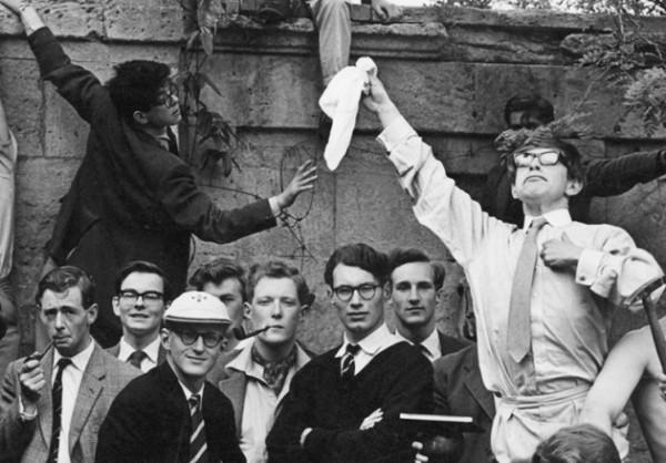 El científico, primero por la derecha, en sus años de estudiante en la Universidad de Oxford. /Gillman&Soame