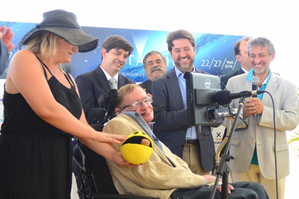 Stephen Hawking sonríe al desembarcar en Tenerife