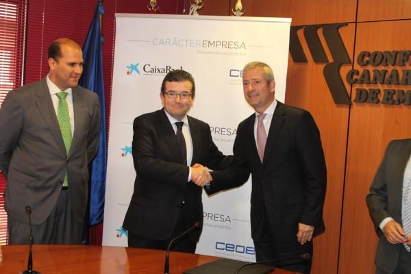 El acuerdo fue firmado por Juan Ramón Fuertes (c.), director territorial de CaixaBank en Canarias, y Agustín Manrique de Lara, presidente de la CCE.